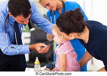 het onderzoeken, weinig; niet zo(veel), mannelijke , meisje, arts