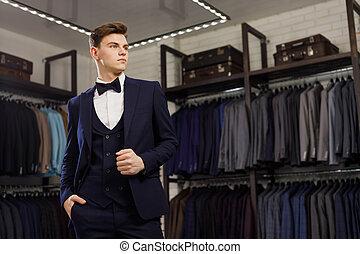 het proberen, achtergrond, shop., classieke, kostuums, elegant, klant, jasjes, spiegel, kerel, kostuum