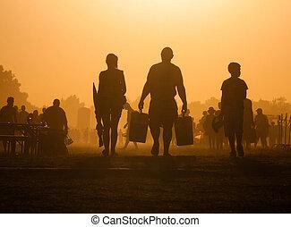 het reizen van mensen, ondergaande zon
