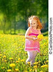 het rusten, weinig; niet zo(veel), buiten, vacation., beeld, kind, weide, vrolijk, paardebloemen, akker, ontspanning, meisje, lente, vrolijke