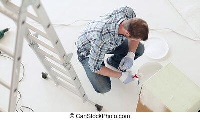 het schilderen van de mens, met, wite verf