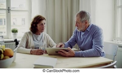 het spreken., tablet, zittende , wheelchair, tafel, senior...