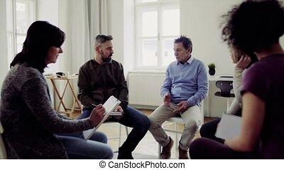 het spreken., zittende , mannen, gedurende, groep, cirkel,...