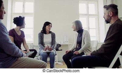 het spreken., zittende , mannen, gedurende, groep, cirkel, therapie, vrouwen