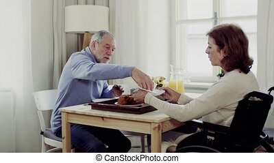 het spreken., zittende , wheelchair, senior koppel, tafel,...