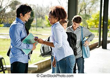 het tonen, vrouw, mobilephone, vriend, campus