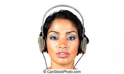 het veranderen, retro, headphones, op, een, van een vrouw,...