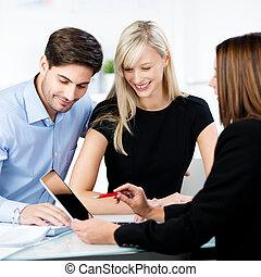 het verklaren, financieel, tablet, wijzende, paar, adviseur, terwijl, digitale , bureau, kantoor