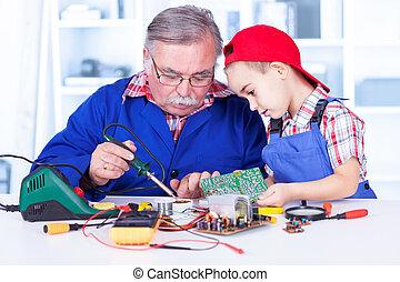 het verklaren, grootvader, hoe, kleinkind, soldering, werken