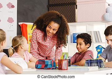 het verklaren, les, het glimlachen, leraar