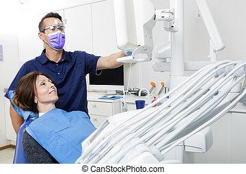 het verklaren, patiënt, tandarts, xray, kliniek, vrouwlijk, mannelijke