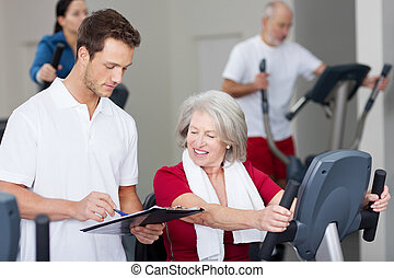 het verklaren, vrouw, schema, gym, senior, instructeur