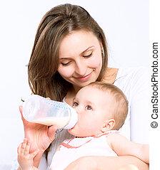 het voeden, baby., baby eten, melk, van de fles