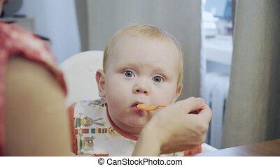 het voeden, moeder, lepel, tafel, baby, thuis kookgelegenheid