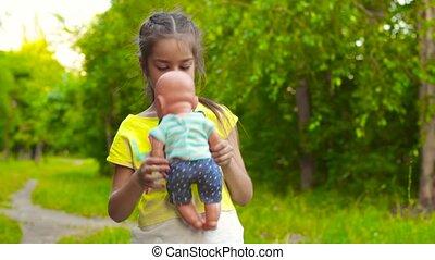 het voeden, pop, park, baby, kussende , meisje