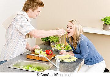 het voeden, slaatje, paar, etentje, vrouw, cook, man