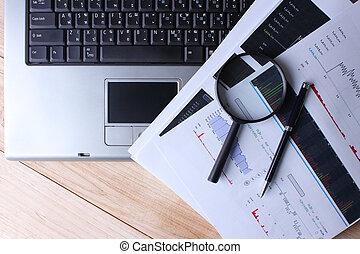 het werk thuis, een, computer, met, een, vergrootglas, op, een, wooden table, en, analyzing, de aandelenmarkt