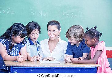 heureux, élémentaire, multi ethnique, étudiants, à, leur, enseignante
