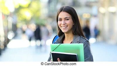heureux, étudiant, poser, dans, les, rue