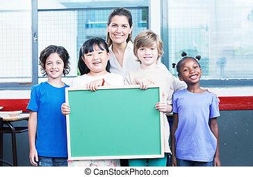 heureux, étudiants, et, prof, tenue, vide, chalkboard., primaire, sc