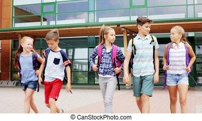 heureux, étudiants, marche, groupe, école, élémentaire