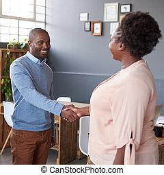 heureux, africaine, associés, serrer main, ensemble, dans, une, bureau