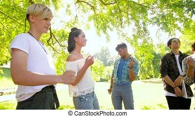 heureux, amis, danse, à, été, fête, dans parc