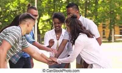 heureux, amis, gerbant mains, dans parc