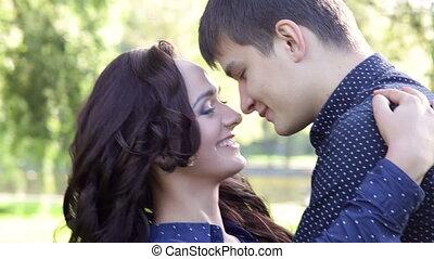 heureux, amour, jeune couple