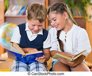 heureux, amusement, classe, deux, avoir, écoliers
