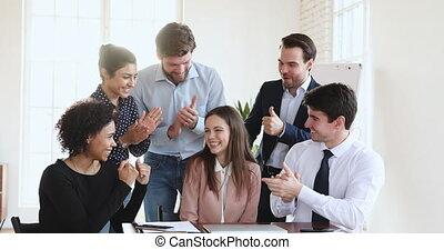 heureux, applaudir, multiethnic, bureau, femme, ouvrier, business, féliciter, équipe