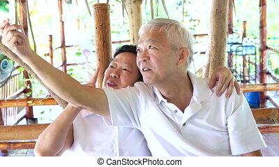 heureux, asiatique, couples aînés, selfie