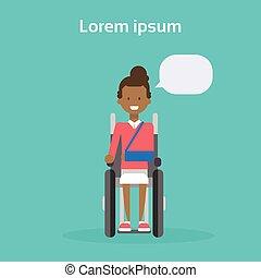 heureux, asseoir, américain, femme, fauteuil roulant, handicapé, sourire, roue, africaine, concept, chaise, femme, incapacité, jeune