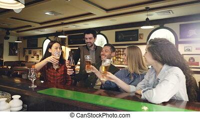 heureux, bouteilles, gens, étudiants, fin, clanging, boire., jeune, universitaire, célébrer, barre, boire, bavarder, grillage, session., sociable, lunettes