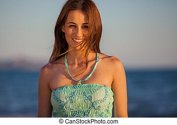 heureux, brunette, plage