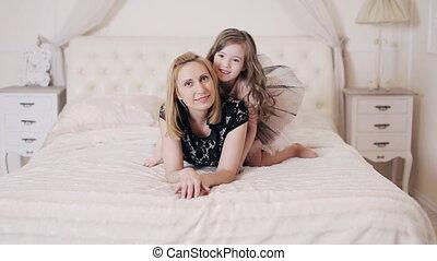 heureux, chambre à coucher, jouer, gosse, mère