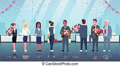 heureux, concept, mars, bureau, womens, donner, hommes, moderne, féliciter, femmes affaires, mélange, longueur, course, entiers, hommes affaires, intérieur, 8, horizontal, fleurs, jour, femmes