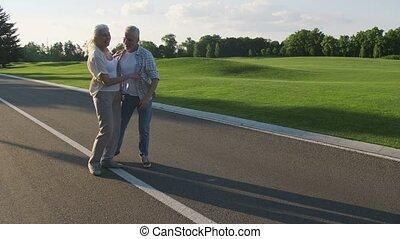 heureux, couple retiré, amusant, dehors