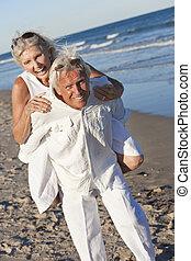 heureux, couples aînés, amusant, sur, a, plage tropicale