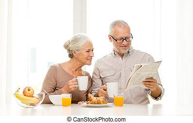 photos et images de personne agee couple chaud sourire. Black Bedroom Furniture Sets. Home Design Ideas