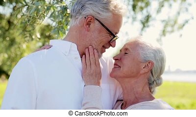 heureux, couples aînés, caresser, à, été, parc