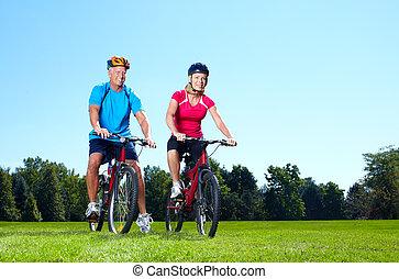 heureux, couples aînés, cyclist.
