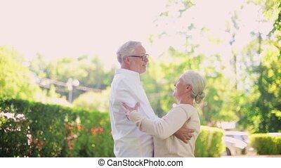 heureux, couples aînés, danse, à, été, parc ville