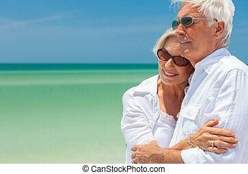 heureux, couples aînés, danse, embrasser, sur, a, plage tropicale