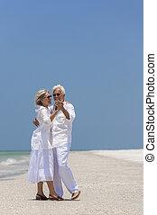heureux, couples aînés, danse, sur, plage tropicale