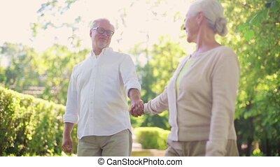 heureux, couples aînés, marche, à, été, parc ville