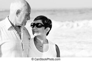 heureux, couples aînés, marcher ensemble, sur, a, plage