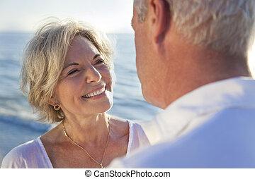 heureux, couples aînés, sur, a, plage tropicale