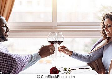 heureux, couples américains africains, vin buvant, dans, les, restaurant