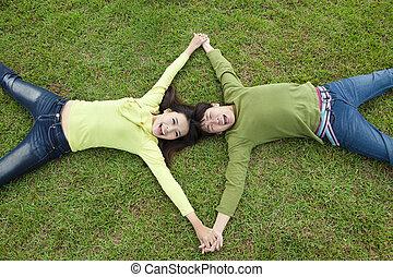 heureux, couples asiatiques, coucher herbe